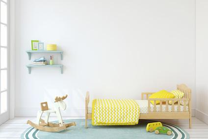 Chambre d'enfant avec lit et jouet en bois.