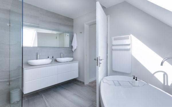 Salle de bain avec un radiateur sèche serviette.
