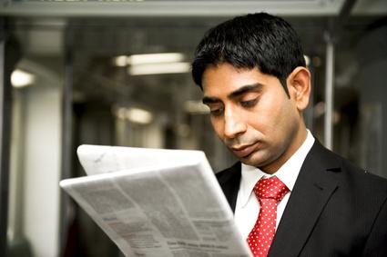 Homme pakistanais lisant un journal