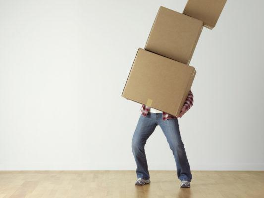 Déménageur avec cartons.