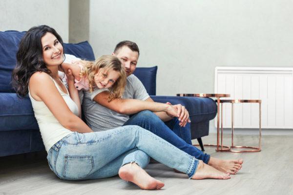 famille dans un salon avec un radiateur electrique a inertie