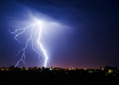 orage avec un éclair dans le ciel