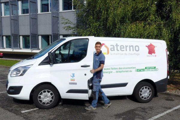 Installateur Aterno devant une camionnette de l'entreprise.