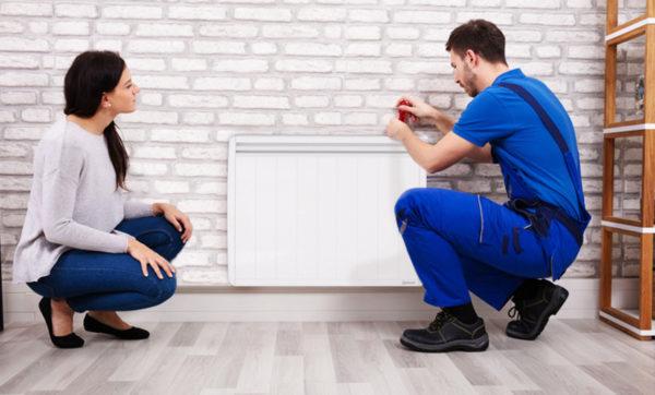 installateur de chauffage electrique avec sa cliente