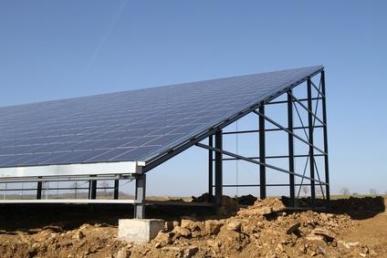 Hangar recouvert de panneaux solaires photovoltaïques