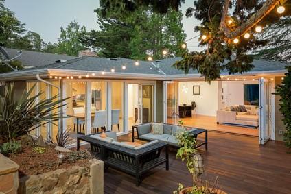 Maison de plain-pied avec terrasse.