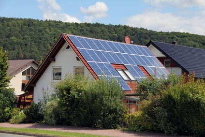 Panneaux solaires photovoltaïques sur le toit d'une maison.