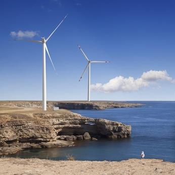 Paysage de bord de mer avec des éoliennes.