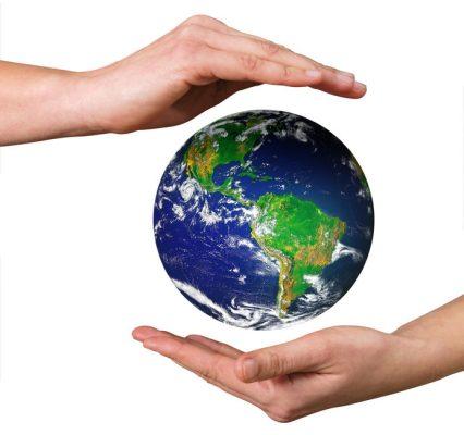 planete entre 2 mains