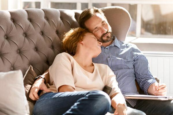 Famille devant un radiateur électrique Aterno.