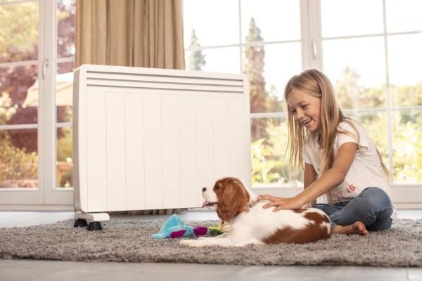 enfant qui joue avec un chien devant un radiateur electrique mobile Aterno
