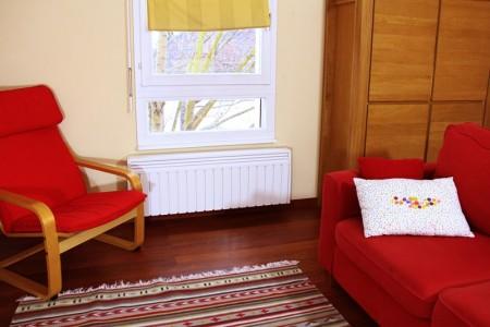 radiateur electrique plinthe aterno installé sous une fenêtre