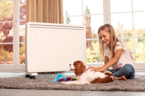 salon avec enfant et un chien devant un radiateur a inertie mobile