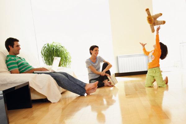 Chauffage électrique et famille dans un salon.